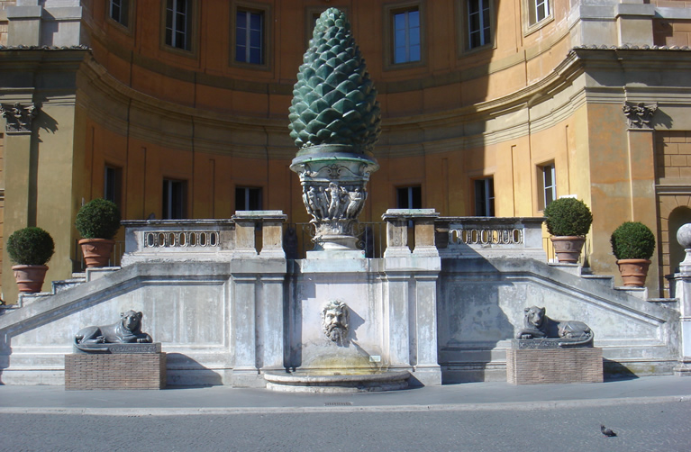 La pigna nel Cortile della Pigna nei Musei Vaticani a Roma