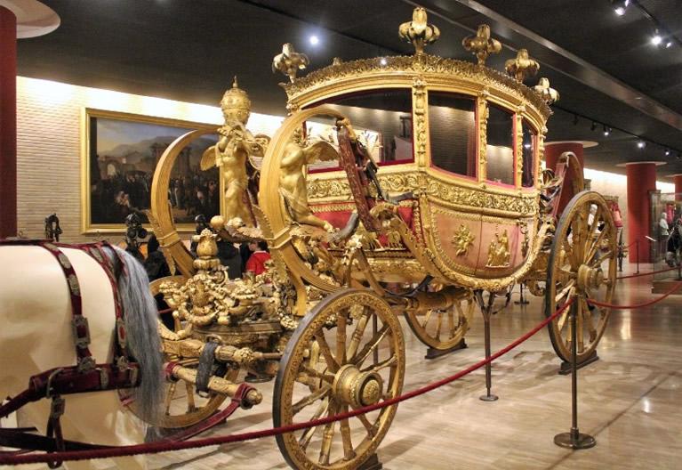 Il Padiglione delle Carrozze nei Musei Vaticani a Roma