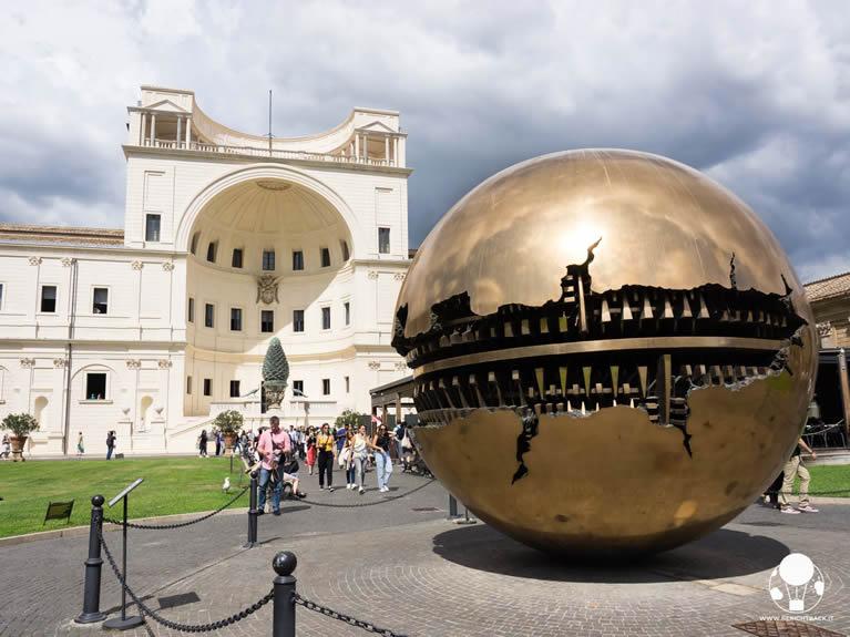 Sfera con Sfera di Pomodoro nel Cortile della Pigna nei Musei Vaticani a Roma