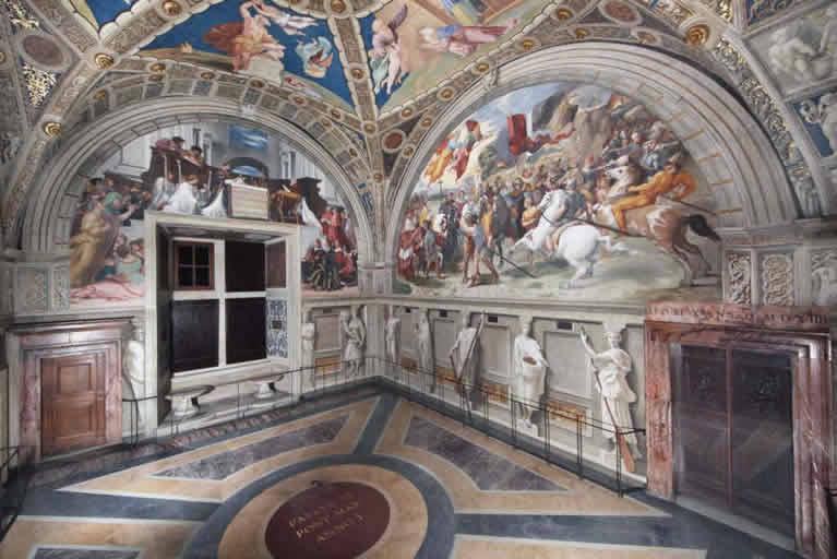 La Stanza di Eliodoro affrescata da Raffaello nei Musei Vaticani
